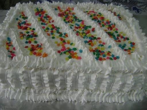 de bolo de aniversario com recheio de morango e pessego