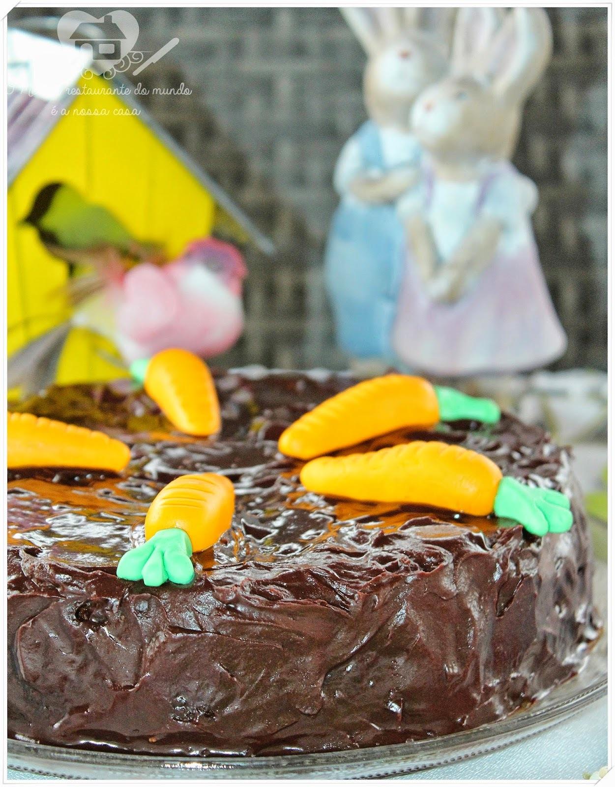 Bolo de cenoura com fubá e cobertura de ganache de chocolate