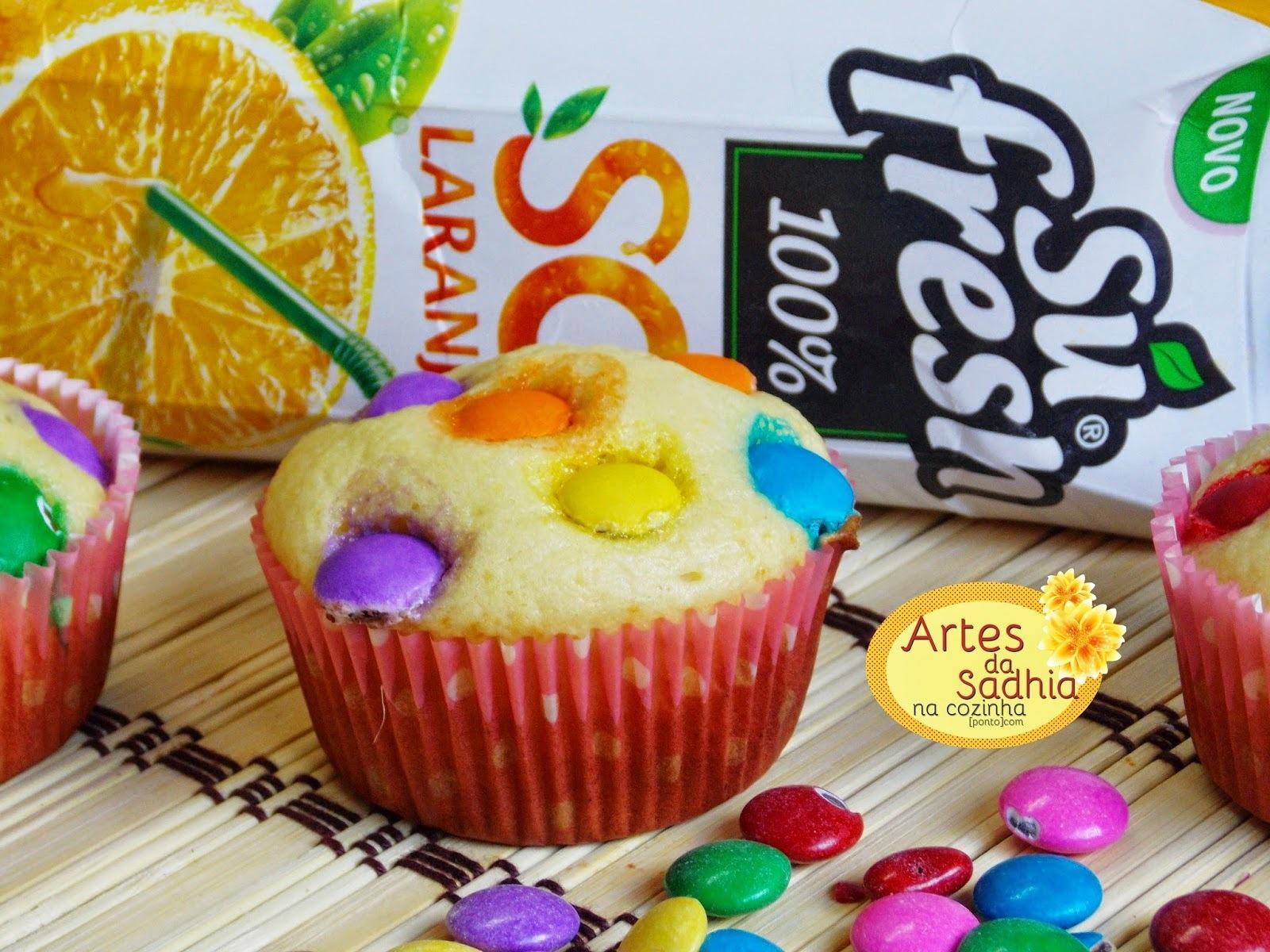 Cupcake de laranja com  confeitos de chocolate