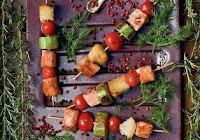 Espetinho de Salmão, Abobrinha e Tomate-Cereja com Molho de Salsinha