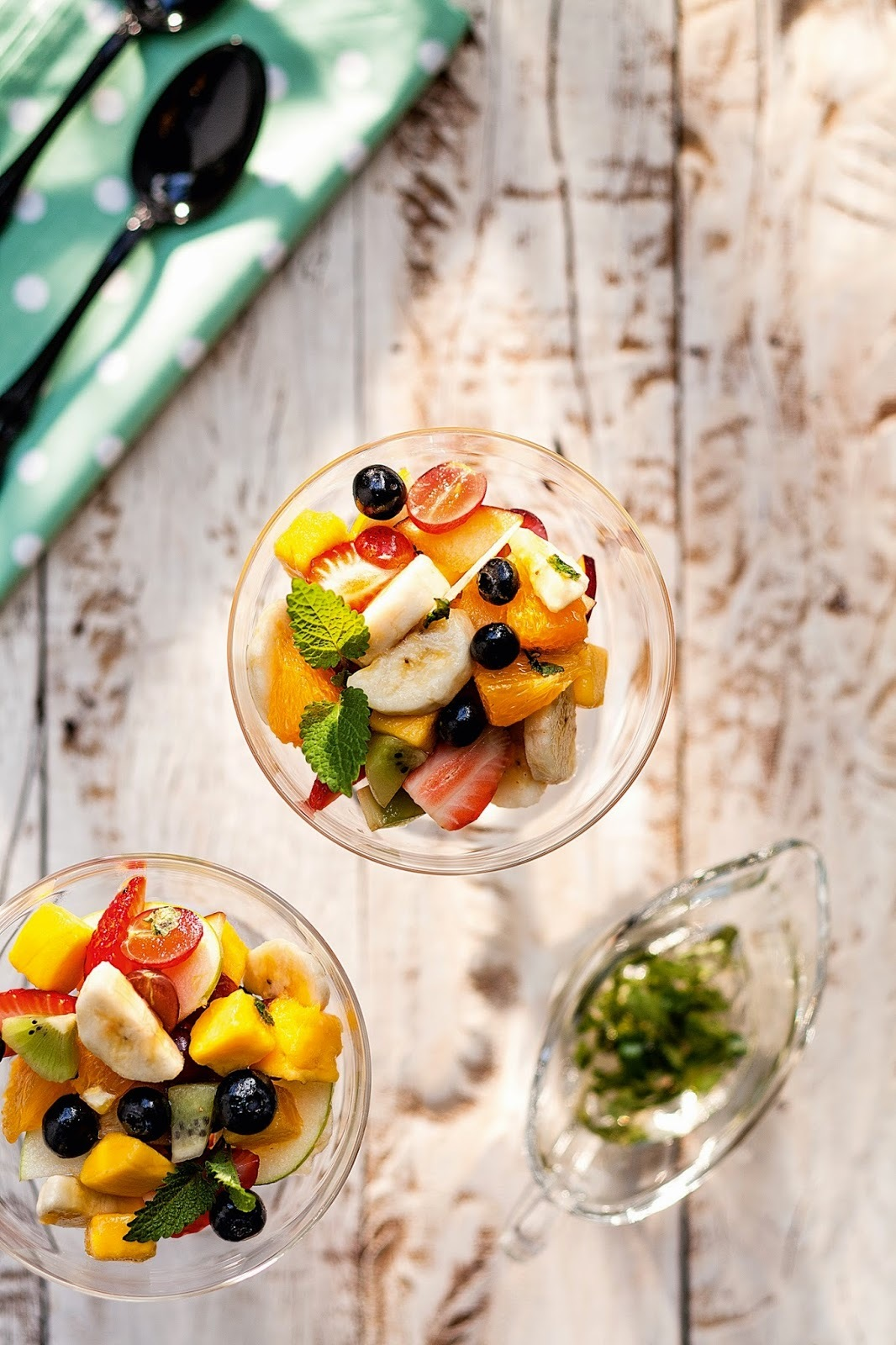Salada de frutas com infusão de melissa