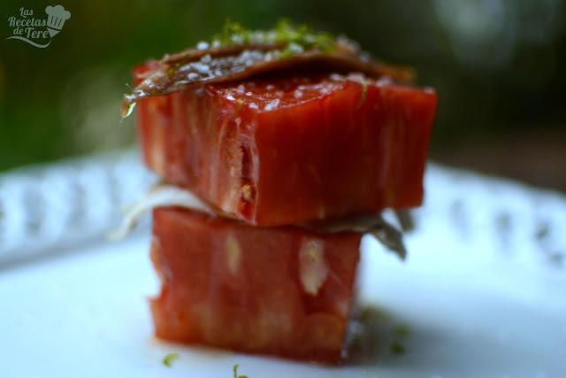 Ensalada de tomate rosa de Barbastro, anchoas y boquerones.