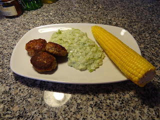 Frikadeller og stuvet spidskål/broccoli m/majs