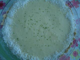 de torta de limão com gelatina e bolacha triturada