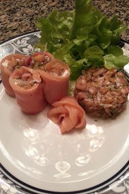 Rolinhos de salmão defumado recheados de tartare de salmão