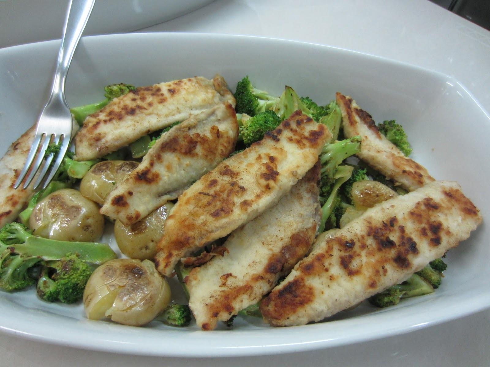 Tilápia grelhada com brócolis e batatas ao murro