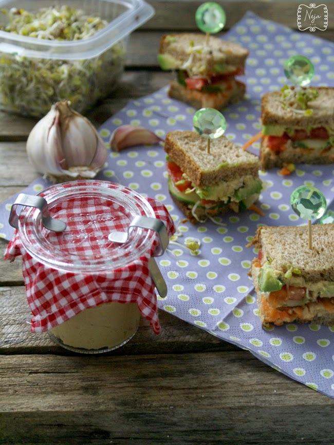 Veggie sandwich with hummus / Zelenjavni sendvič s humusom + Nagradna igra