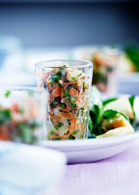 Laksetatar med spinat og grove croutoner