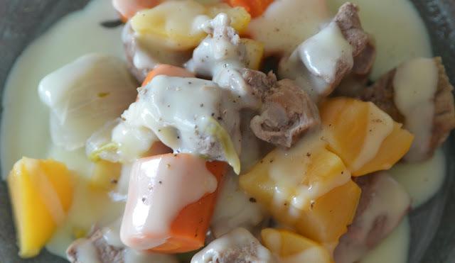 """""""Blanquette qui s'la pète"""", veau, navets boule d'or et carottes des sables."""