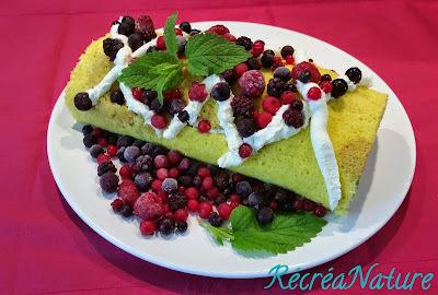 Gâteau Roulé de Fête des Mères aux Fruits Rouges, Crème au Mascarpone, Génoise Parfumée Citron Bio et Mélisse du Jardin