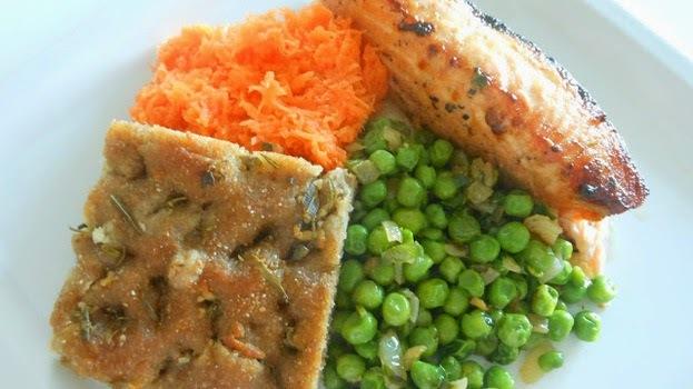 Losos s hráškom a mrkvovým šalátom