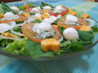 Salada de Folhas com Molho Pesto e Mussarela de Búfala