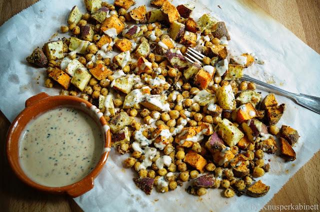 Mit Salzzitrone und Tahin gebackene Süsskartoffeln und Kichererbsen