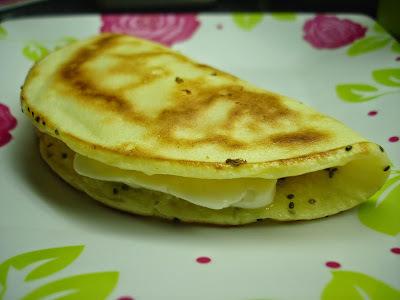 Pão-de-Queijo Fit de Frigideira: uma ótima opção de sabor, rapidez e leveza! Melhor ainda: a massa não tem glúten, nem lactose!