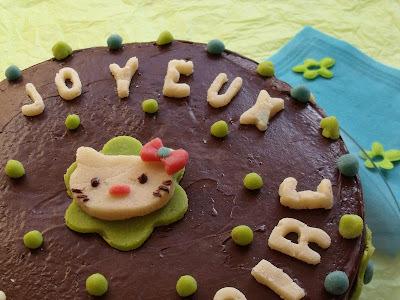 Gâteau d'anniversaire au chocolat décors pâte d'amande