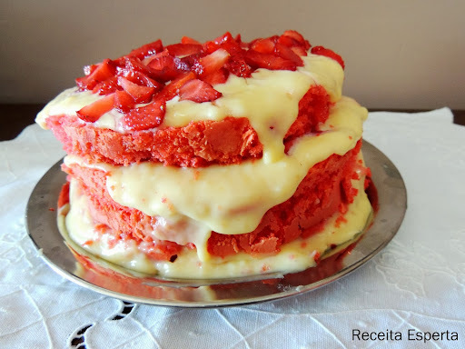 bolo de chocolate aniversário recheio branco com morango