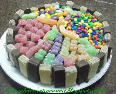 bolo decorado com bis e confete