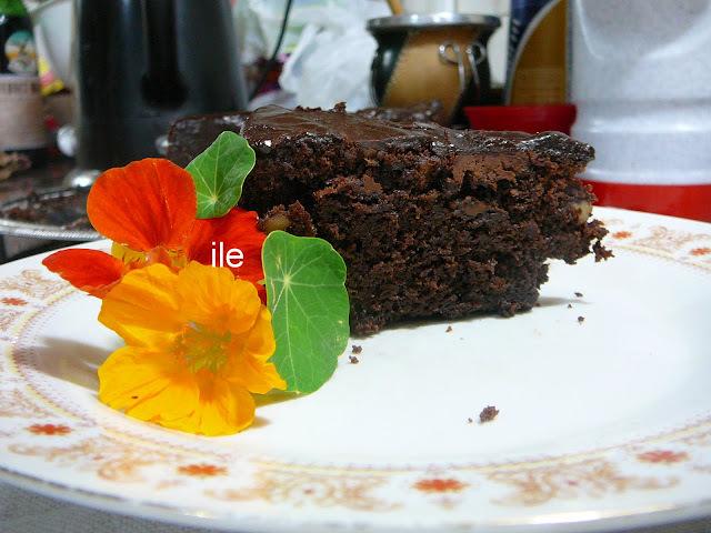 Torta de chocolate con nueces y chips de chocolate