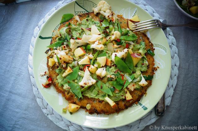 Glutenfreie und vegane Pizza mit Süsskartoffelboden mit fruchtigem Gemüsebelag und einer zarten Guacamole-Sauce