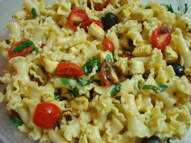 Salada de macarrao e tofu