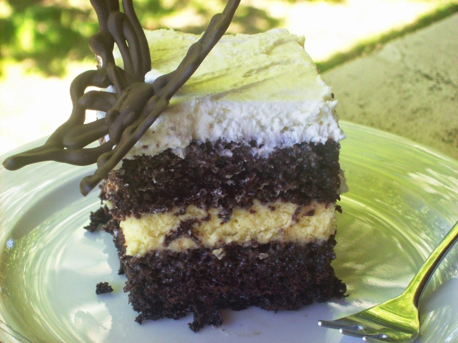 Τούρτα με σοκολατένιο παντεσπάνι, μους λευκής σοκολάτας, σάλτσα καραμέλας και σαντιγί