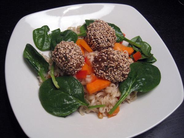 asiatisk nudelsalat med kødboller