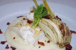 Stekt torsk med selleri og potetpuré, ovnsbakt fennikel og bacon
