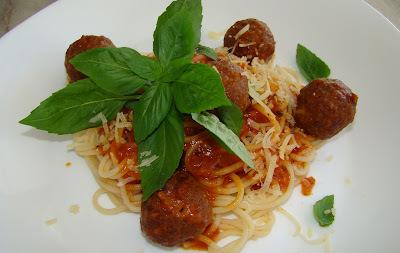 Spaghetti Com Almôndega Recheada Com Queijo ao Molho Marinara
