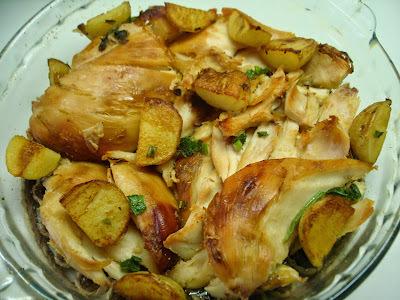 Frango Assado, bem sequinho por fora e suculento por dentro, com batatas Toscanas: bom para dias de churrasco.....