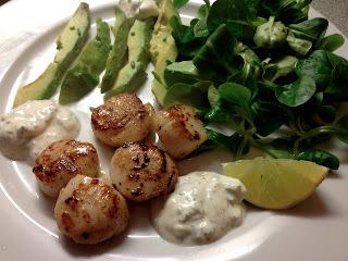 Kammuslinger med limecreme og salat