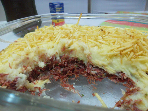 escondidinho de carne seca com batata salsa