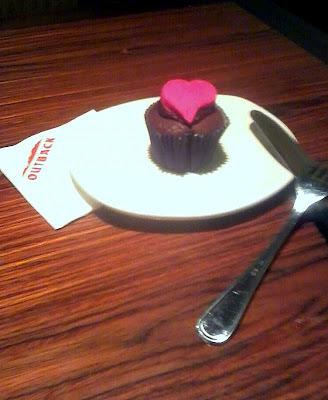 Cupcake de chocolate com recheio e cobertura de ganache