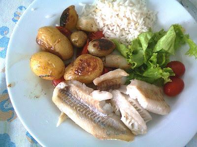 Filé de Peixe Assado com Batatinhas, Tomatinhos e Cebolinhas