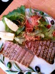 Grillezett tonhal és lazacsteak friss balzsamecetes salátával