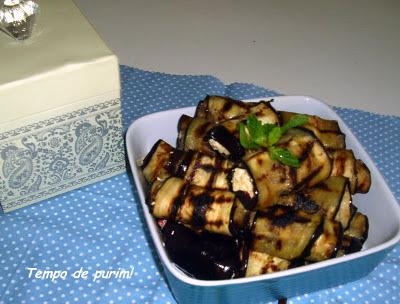 Rolinhos de berinjela grelhada com ricota, hortelã e pimentão