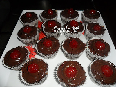 Cupcakes de chocolate e cerejas
