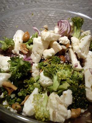 Broccoli-Blomkåls salat med rosiner og solsikkefrø