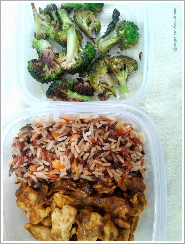 marmita do dia #1: arroz 3 grãos com cenoura, cubos de frango ao curry e leite de coco e brócolis grelhado.