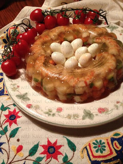 Gelatina de verduras y langostinos.
