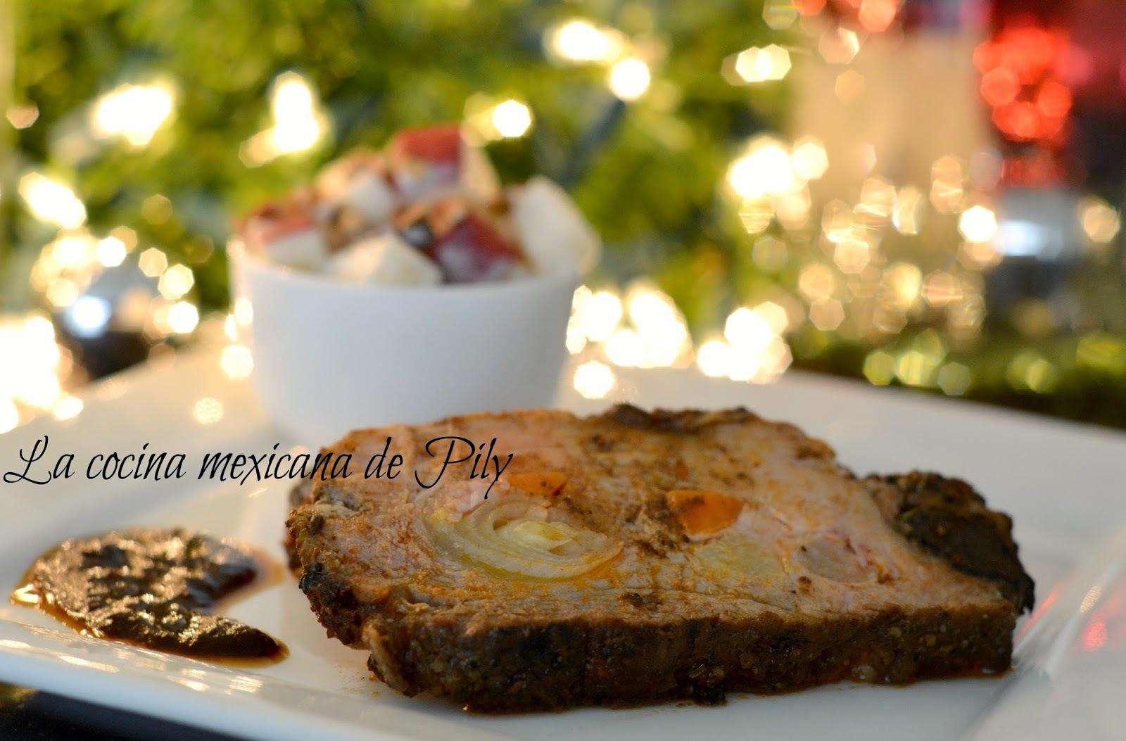 Pierna de cerdo mechada adobada y ensalada de manzana navideña