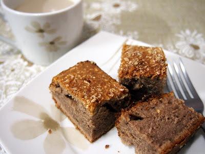 Bolo de chocolate com cobertura de coco e leite condensado