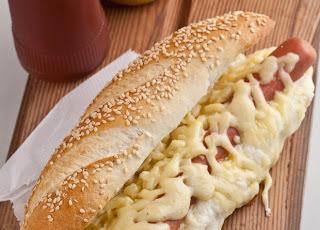 Hot-dog com molho bechamel e queijo gruyère