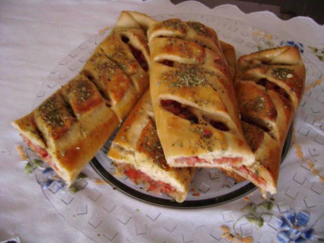 Pão recheado com linguiça calabresa e tomates