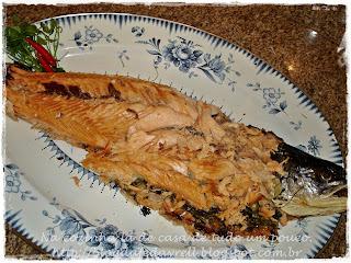 de salmão inteiro com pele assado no forno
