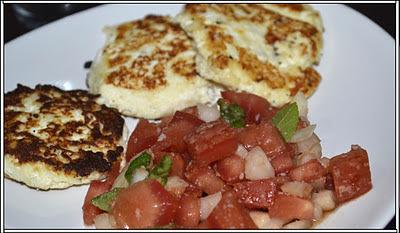 Ricota frita com salada de tomate