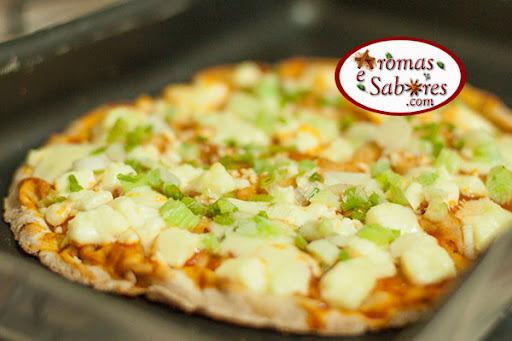 Pizza de pão árabe light com queijo minas e cebolinha