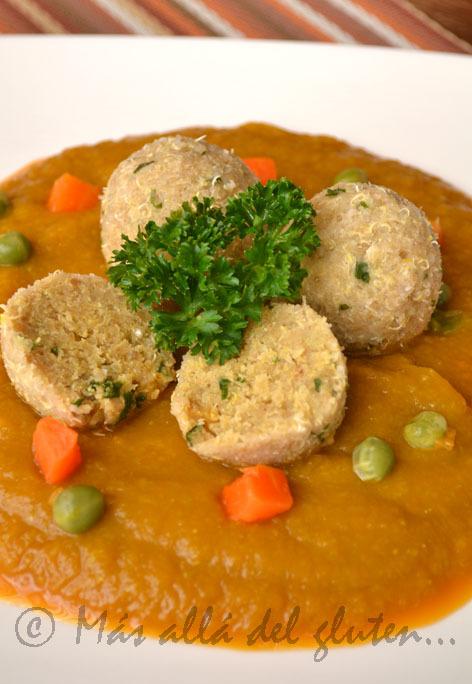 Bolitas de Quinua Con Salsa de Zanahoria y Arvejas (GFCFSF, Vegana)