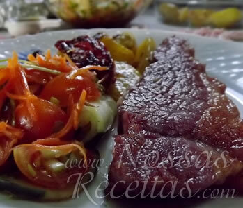 Carne assada com salada escaldada