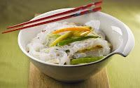 Salada Tailandesa de Frango com Massa de Arroz