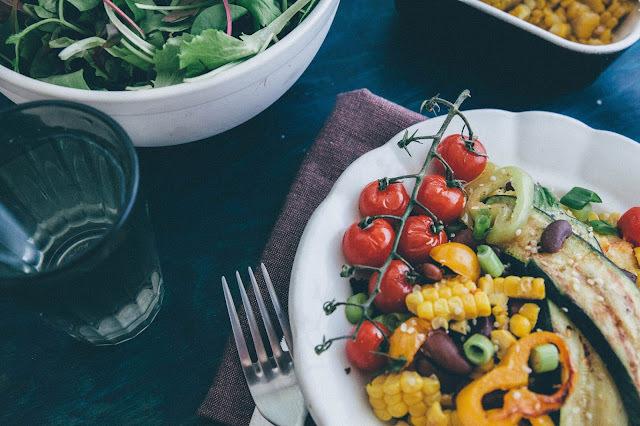 Sýta kukuričná kaša s fazuľou a grilovanou zeleninou